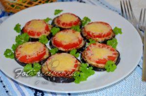 Баклажаны с помидорами, сыром и чесноком