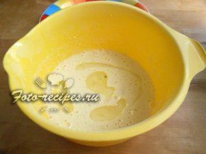 вливаем кипящую воду в тесто