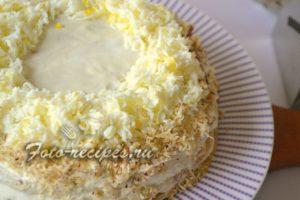 посыпаем печеночный торт натертыми белками