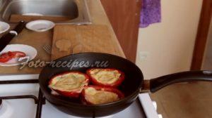 Сформируйте бутерброд и отправьте на сковороду.