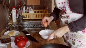 Взбейте яйца в емкости