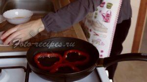 Выложите перец на сковороду