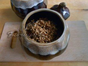 Промытую гречку выложите в горшочек