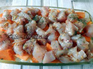 на морковь выложить куриное мясо