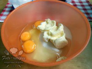 соединить масло, сахар, яйца