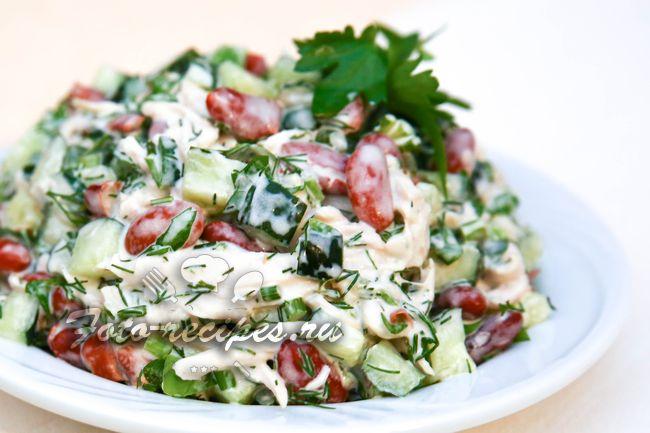 салат с красной фасолью, курицей и огурцами