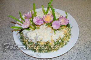 Украсьте салат с копченой курицей