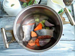 Выложите в кастрюлю овощи и рыбу