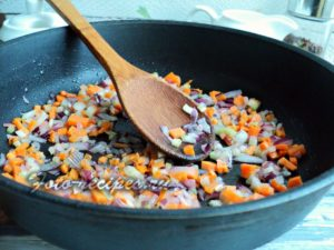 Пассируйте овощи