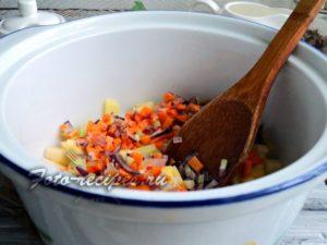 Переложите обжарку к картофелю