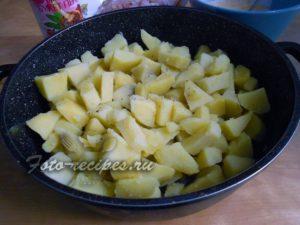 Выложите отварной картофель в форму