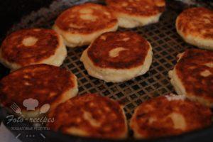 обжарьте сырники на сковороде