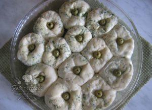 добавить в каждую булочку оливки