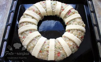 украшаем пирог полосками теста