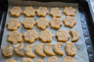 печенья присыпаны сахаром и арахисом